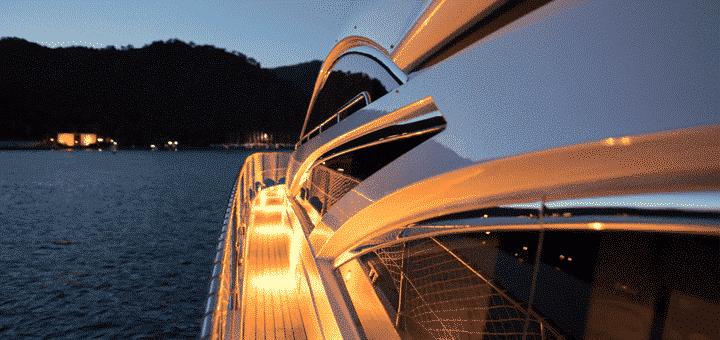 passeio noturno de barco